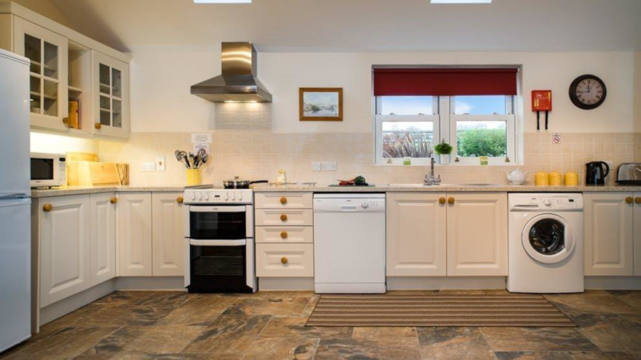HIRWAUN-COTTAGE-KITCHEN