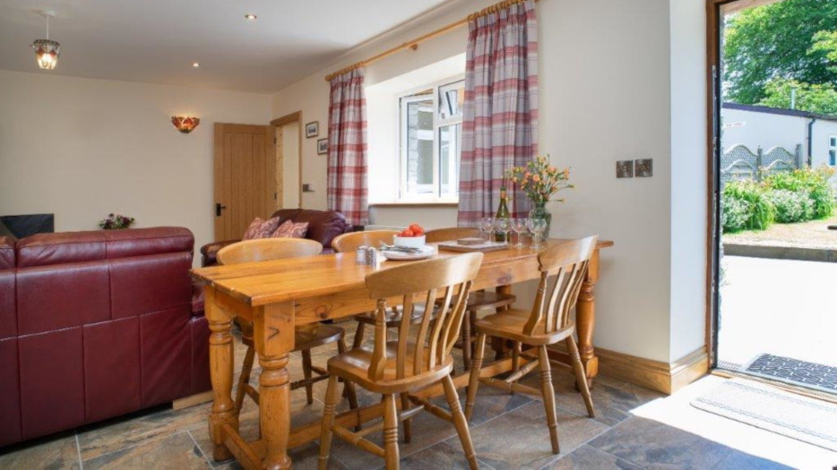 Teifi-cottage-dinning